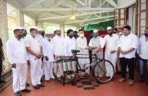 Maharashtra Governor presents bicycles to Dabbawalas