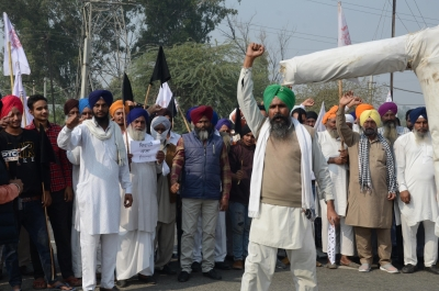 Hundreds of protesting farmers